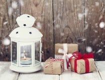 Regalos y vela de la Navidad Imágenes de archivo libres de regalías