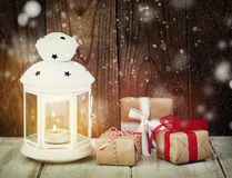 Regalos y vela de la Navidad Imagen de archivo