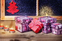 Regalos y velas de la Navidad Fotos de archivo