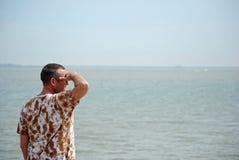 Regard à l'extérieur à une mer brumeuse Photographie stock