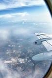 Regard à l'extérieur de l'hublot d'avion Images stock