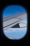 Regard à l'extérieur de l'hublot d'avion Photographie stock libre de droits