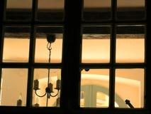 regard à la maison d'ambiance dans le windo Photos libres de droits