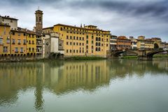 Regard à travers la rivière de l'Arno à Florence Photos stock