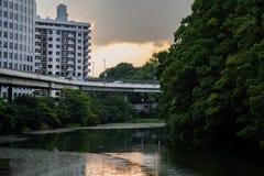 Regard à travers le fossé impérial de palais à Tokyo photographie stock