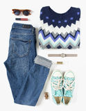 Regard élégant de femme Équipement de femme/fille sur le fond blanc Jeans bleus de denim, chandail d'impression d'aztek, espadril Photographie stock libre de droits
