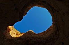 Regard au ciel par un trou de falaise Photographie stock libre de droits