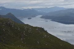 Regard au-dessus d'un lac Images libres de droits