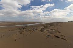Regard au-dessus de l'estuaire quand la marée est  Photos stock