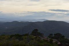 Regard au-dessus des dessus de montagne Photo libre de droits