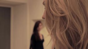 Regard blond effrayé de malaise de sentiment de fille de brune hostile banque de vidéos