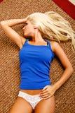 Regard blond sexy loin Photo stock