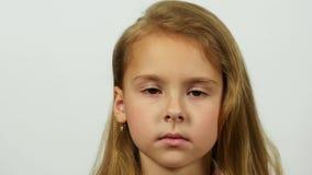 Regard calme direct de la fille à l'appareil-photo Modèle femelle caucasien sur le fond blanc dans le studio banque de vidéos
