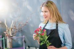Regard curieux d'ami de attente de belle jeune femme caucasienne à la boutique Photos stock