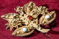 Regard d'or de la broche argentée avec des pierres gemmes image stock
