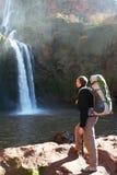 Regard d'homme sur la cascade à écriture ligne par ligne Photographie stock libre de droits