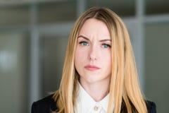 Regard d'un ton interrogateur railleur de femme de visage d'émotion photo stock