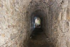 Regard dans un couloir sombre de la citadelle de Namur Photographie stock libre de droits