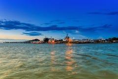 Regard de bateau de port de l'autre côté de la ville Image libre de droits