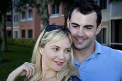 Regard de caresse de jeunes couples heureux à partir de l'appareil-photo Image stock