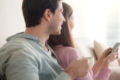 Regard de détente de jeunes couples heureux loin par la fenêtre, côté vi Image libre de droits