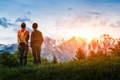 regard de deux filles aux montagnes tout en augmentant Images libres de droits