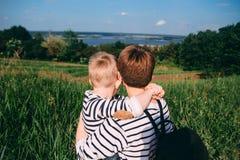 Regard de famille une fille avec un jeune garçon images libres de droits