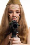 Regard de femme à l'appareil-photo par l'appareil de pointage Photos stock