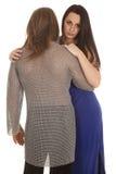 Regard de femme de cotte de maille d'homme de couples au-dessus de son épaule Photo libre de droits