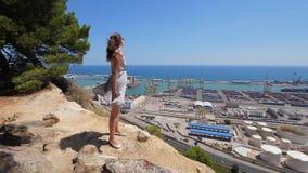 Regard de femme sur le panorama bleu de mer, Barcelone, Espagne clips vidéos