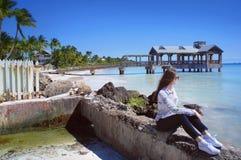 Regard de fille chez l'Océan Atlantique près du vieux pilier de Key West Photographie stock
