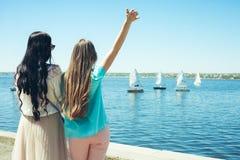 Regard de filles aux yachts Photos libres de droits