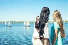 Regard de filles aux yachts Photographie stock