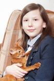 regard de fixation de fille de chat d'appareil-photo Images stock