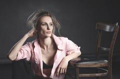 Regard de haute couture, portrait de beau modèle de jeune femme Photos stock