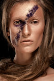 Regard de haute couture, portrait de beauté de plan rapproché de femme avec le maquillage lumineux avec la peau d'or avec des lèv Photo stock