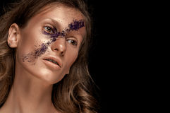 Regard de haute couture, portrait de beauté de plan rapproché de femme avec le maquillage lumineux avec la peau d'or avec des lèv Images stock