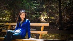 Regard de jeune fille de côté en se reposant sur le banc Photos libres de droits
