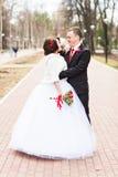 Regard de jeunes mariés d'amants à l'un l'autre dans le jour d'hiver Photographie stock libre de droits