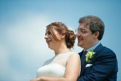 Regard de jeunes mariés dans le ciel Photographie stock libre de droits