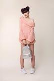 Regard de l'adolescence de style de mode La jeune fille à la mode porte dans un commutateur de laine photos libres de droits