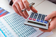 Regard de l'analyste de finances et rapports financiers photo stock