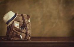 Regard de l'image du concept de déplacement, articles essentiels de vacances baluchon photo libre de droits