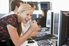 regard de l'opérateur en bourse overjoyed par moniteur Images libres de droits