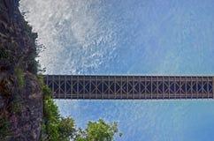 Regard de l'uo au pont photos libres de droits
