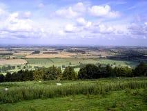 Regard de la colline au-dessus des champs plats en Angleterre Photos stock