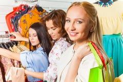 Regard de la femme et de ses amis dans la boutique Image stock