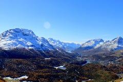 Regard de la rue Moritz/St Maurice vers les lacs de Champfer et de Silvaplana et les montagnes Piz Corvatsch et Piz Bernina photographie stock libre de droits