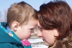 Regard de mère et d'enfant à l'un l'autre Photographie stock libre de droits