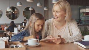 Regard de mère et de fille au menu banque de vidéos